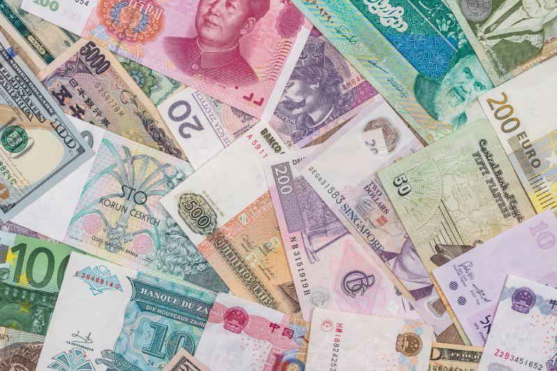 Pomíchané bankovky různých měn jsou s Fidoo minulostí